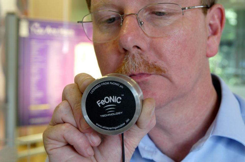 SYNGER: Det britiske selskapet FeONIC har utviklet vindusglass som kan fungere som høyttalere. Poenget er reklameinnslag bl.a. mens du står utenfor butikken og venter på bussen.
