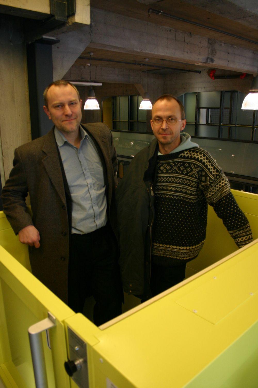 GULT ER KULT: Arkitektene Jan Olav Jensen og Børre Skodvin synes det er morsomt leke med farger. Heisen er bare gul fordi det er kult.