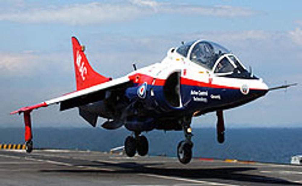 RETT NED: Her lander en engelsk Harrier-jager vertikalt - av seg selv. Vanligvis må de flys ned med tungen rett i munnen, av piloter med hundrevis av timer i loggboken. Denne her klanrer seg selv. Ved hjelp av en GPS med noen desimeters nøyaktighet, og en svært finjustert, eksakt høydemålende dopplerradar. FOTO LPS