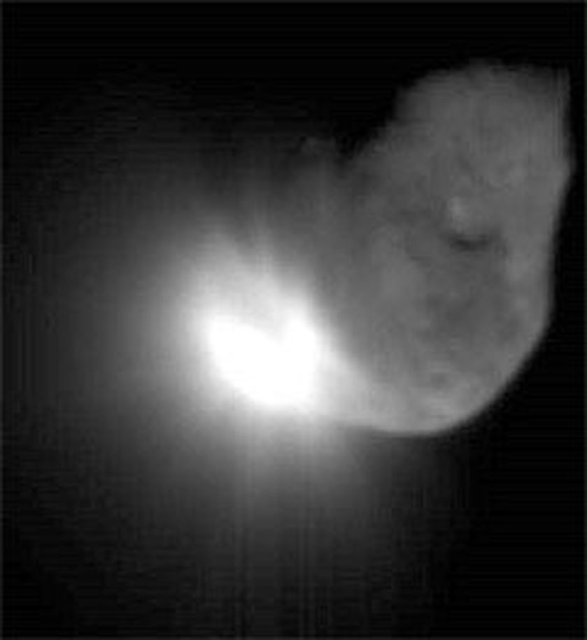 Komethammeren Impactor laget et enormt lysglimt da den traff kometen Temple 1 med en hastighet på 10 km/s i dag morges. Foto: Nasa