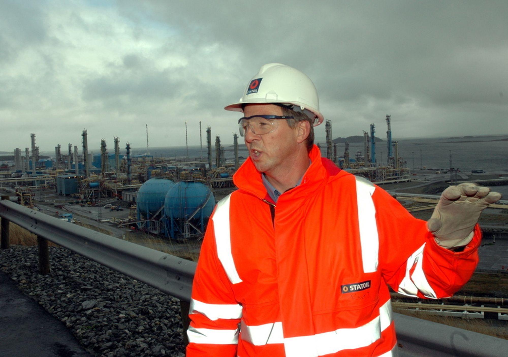 PLASS TIL MER: Knut Barland i Statoil sier det er plass til flere prosessenheter på Kårstø. I dag er rundt 900 personer sysselsatt rpå anlegget som har kostet 3/4 av Snøhvits landanlegg.