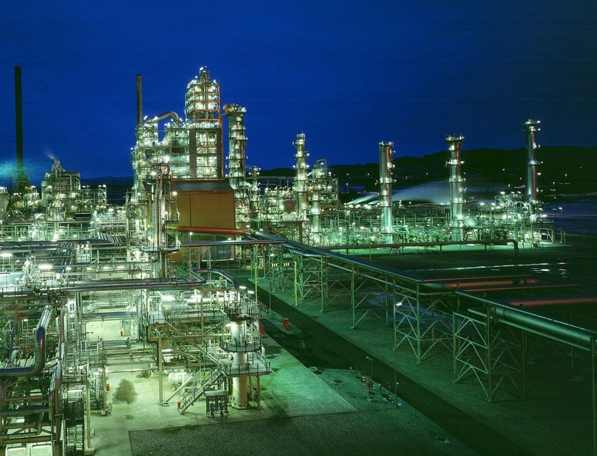 CO2-KVOTER: Statoils raffineri på Mongstad er ett av de tre anleggene der Statoil har kvoteforpliktelser de må oppfylle. Det gjør de blant annet ved å kjøpe CO2-kvoter i markedet.
