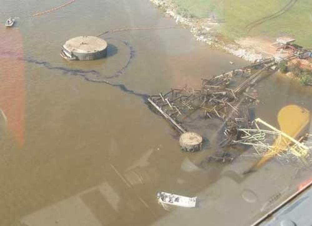 EPA flyr over anlegg der det kan være fare for forurensing. Her inspiserer EPA en oljeterminal ved kysten av Alabama/Mississippi.
