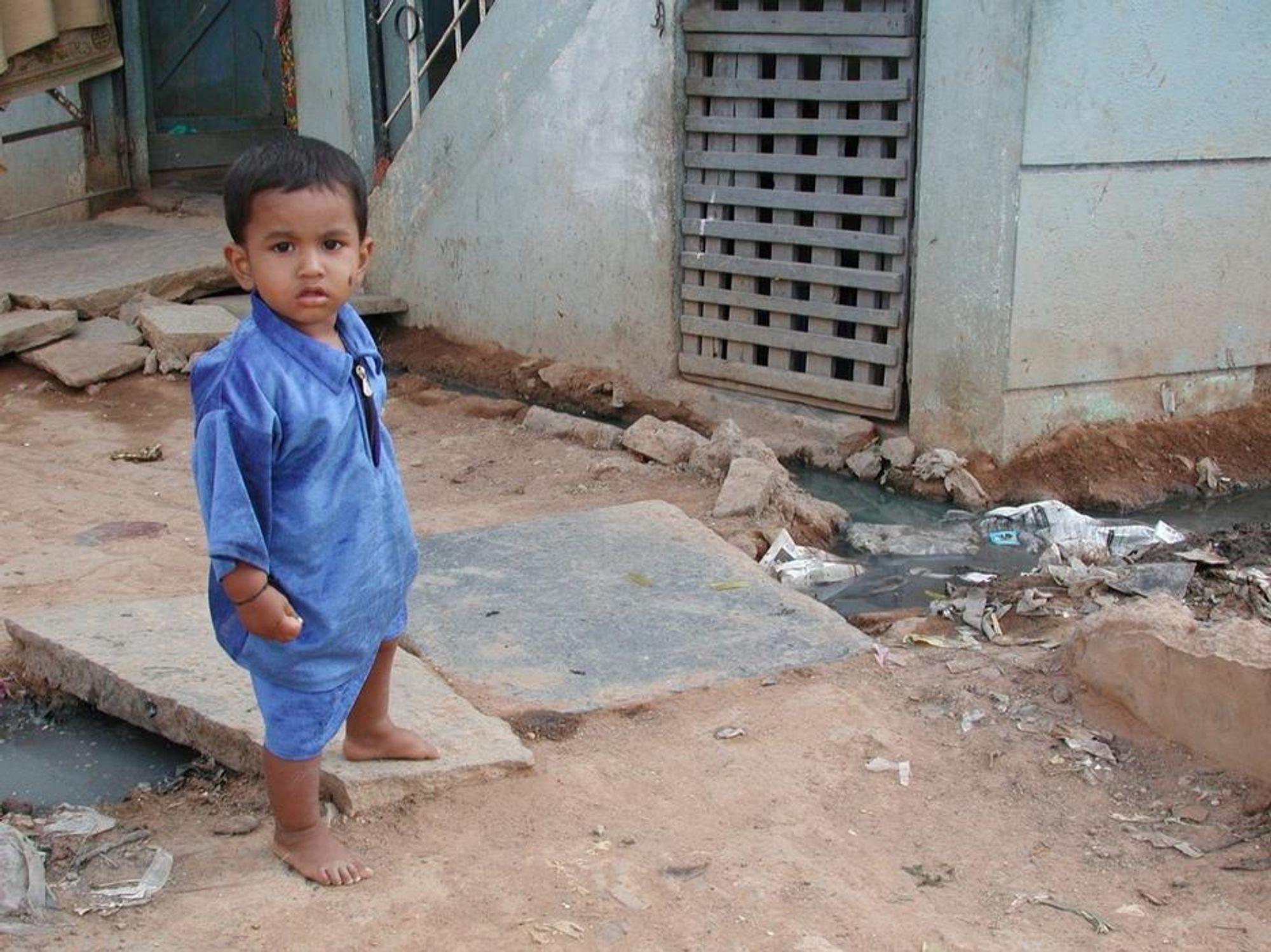 FRI FLYT: Kloakken strømmer fritt i gatene i slummen i Bangalore, India. De hygieniske forholdene er ubeskrivelige. Professor Petter Jenssen ved UMB mener det er feil å benytte våre vestlige løsninger ukritisk i uland. Han har lang erfaring internasjonalt med kretsløpsbaserte avløpssystemer.