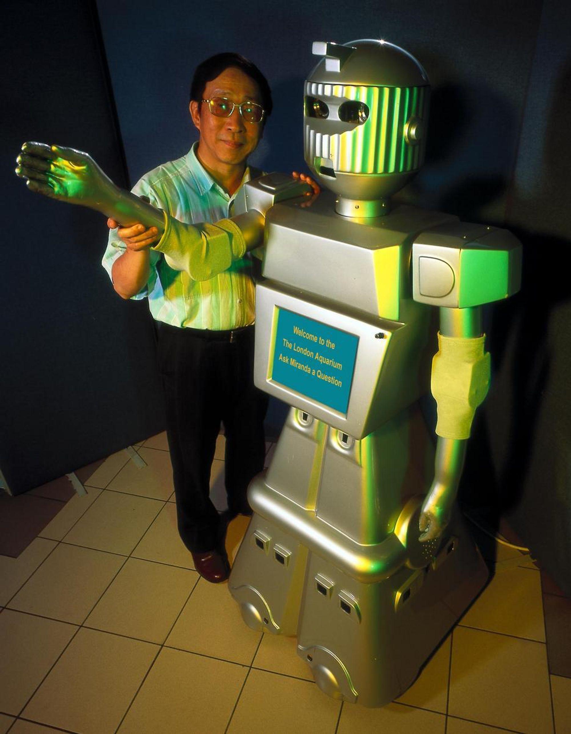 HAR IQ: Miranda er intelligent og selvstyrt og svarer på spørsmål i London Aquarium. Hun er den første i en serie nesten levende maskiner som er bygget ved robotsenteret til University of Essex i England.