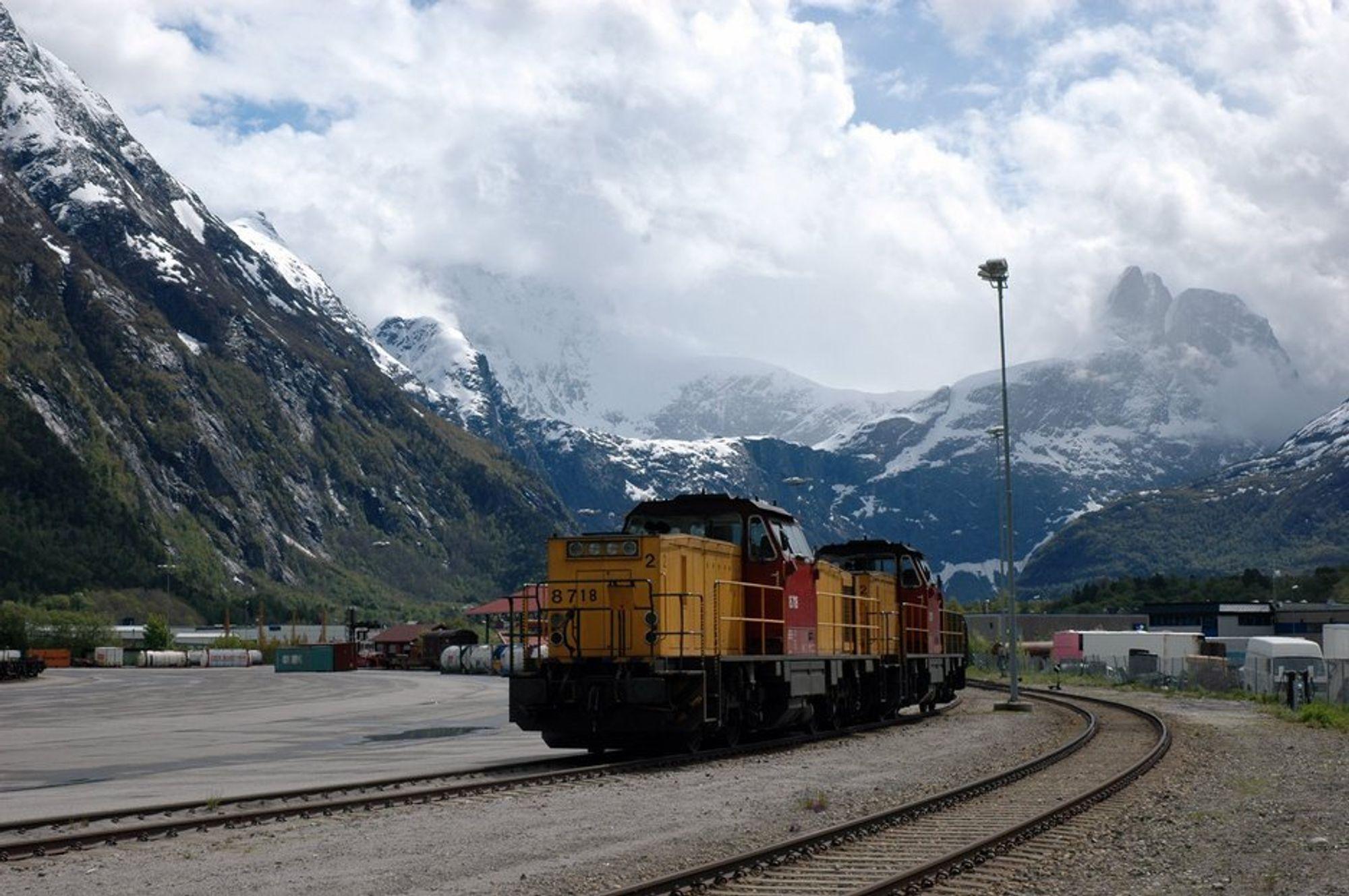 UVIRKSOMME:  Transporten må over fra vei til bane skal klimagassustlippene reduseres. Lokomotivene på Åndalsnes må komme i drift.