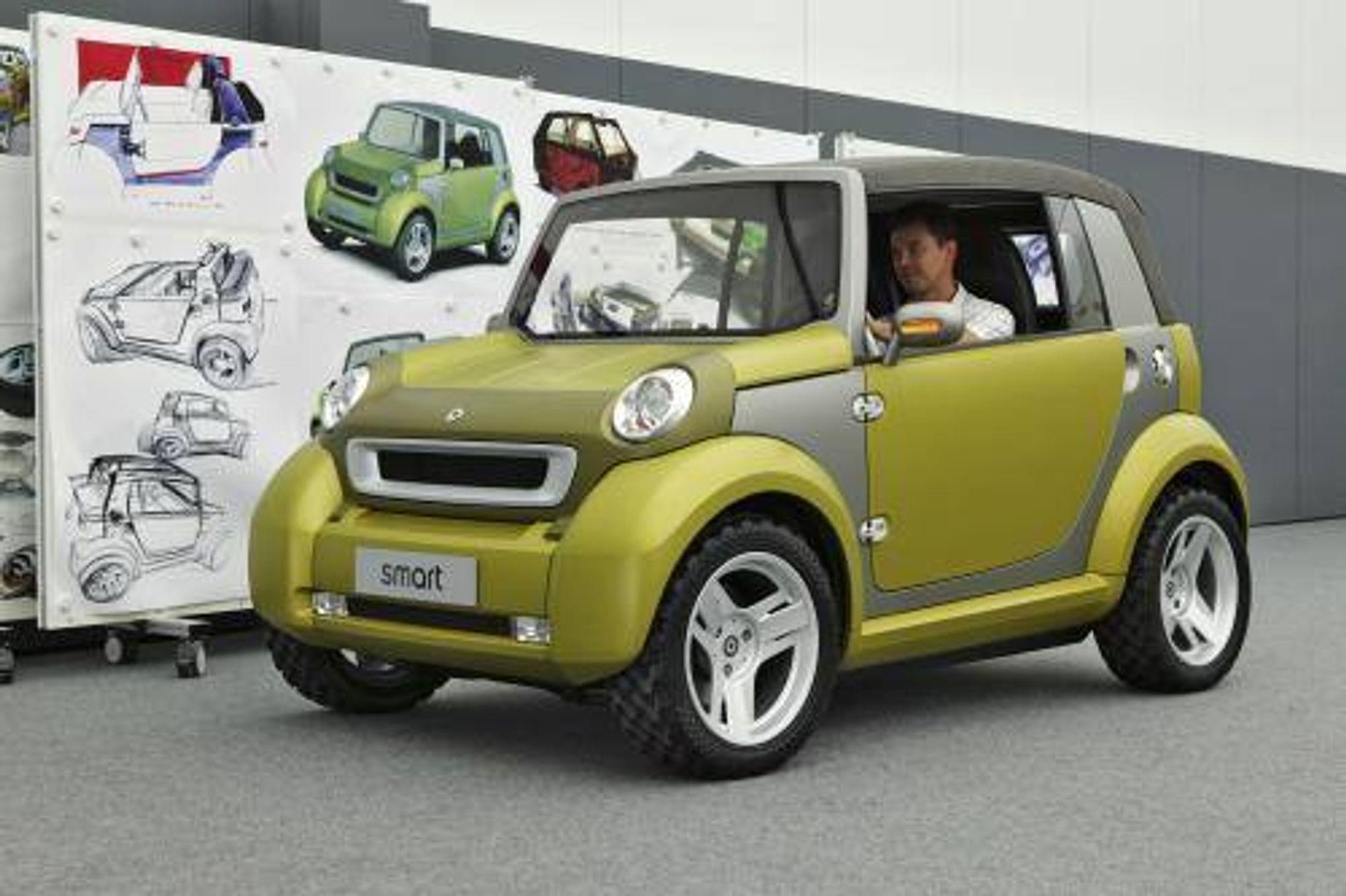 KONSEPT: Slik ser den ut, den smart-varianten som DaimlerChrysler viste som  konsept på bilutstillingen i Frankfurt i forrige uke. Litt graving gjorde at  vi fant bildet, som var ganske godt gjemt på pressesidene. Bilen har  hybriddrift (forbrenningsmotor, elektromotor, batteri) og en lang rekke  innredninhgsdetaljeree er utformet av ungdom. Enda et eksempel altså, på at  bilfabrikene har startet sin frierferd mot dem som skal kjøpe bil om  fem.seks år. SMART
