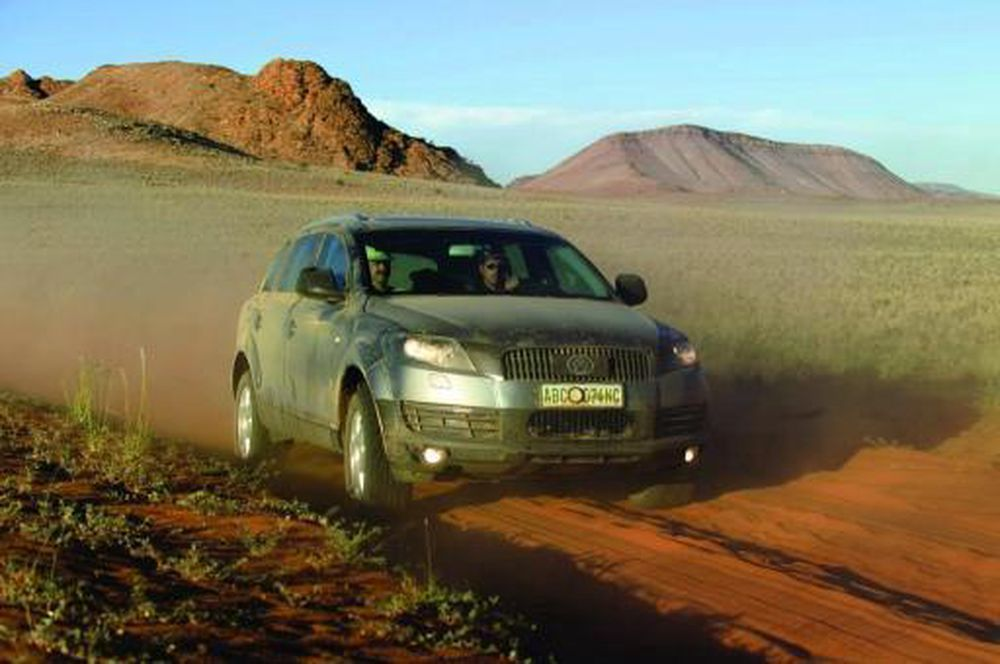 SNERTEN: To tonn, fem meter lang, to meter bred og med rene stridsvognmotoren tar Audi Q7 seg fram over alt. Men pass opp for nypebusker og annen piggete buskvekst som kan gi riper i den lekre lakken. Bildet er fra en dødshemmelig prøvekjøring i ørkenen i Arizona.