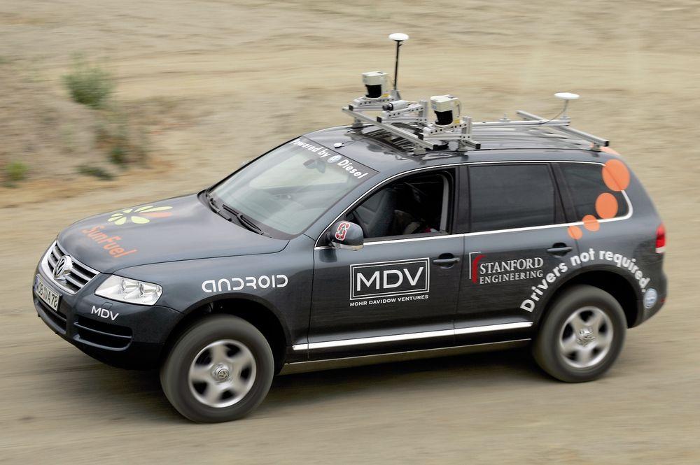 TENKER SELV: Her dundrer en 4WD VW Touareg fram helt uten folk men aldeles stappfull av elektronikk, sonder og kameraer. Den tok seg ubesværet fram i offroadløypa rundt Motopark Oschersleben midt i Tyskland. Poenget er å vise at bilførere snart er avleggs. Huff da.
