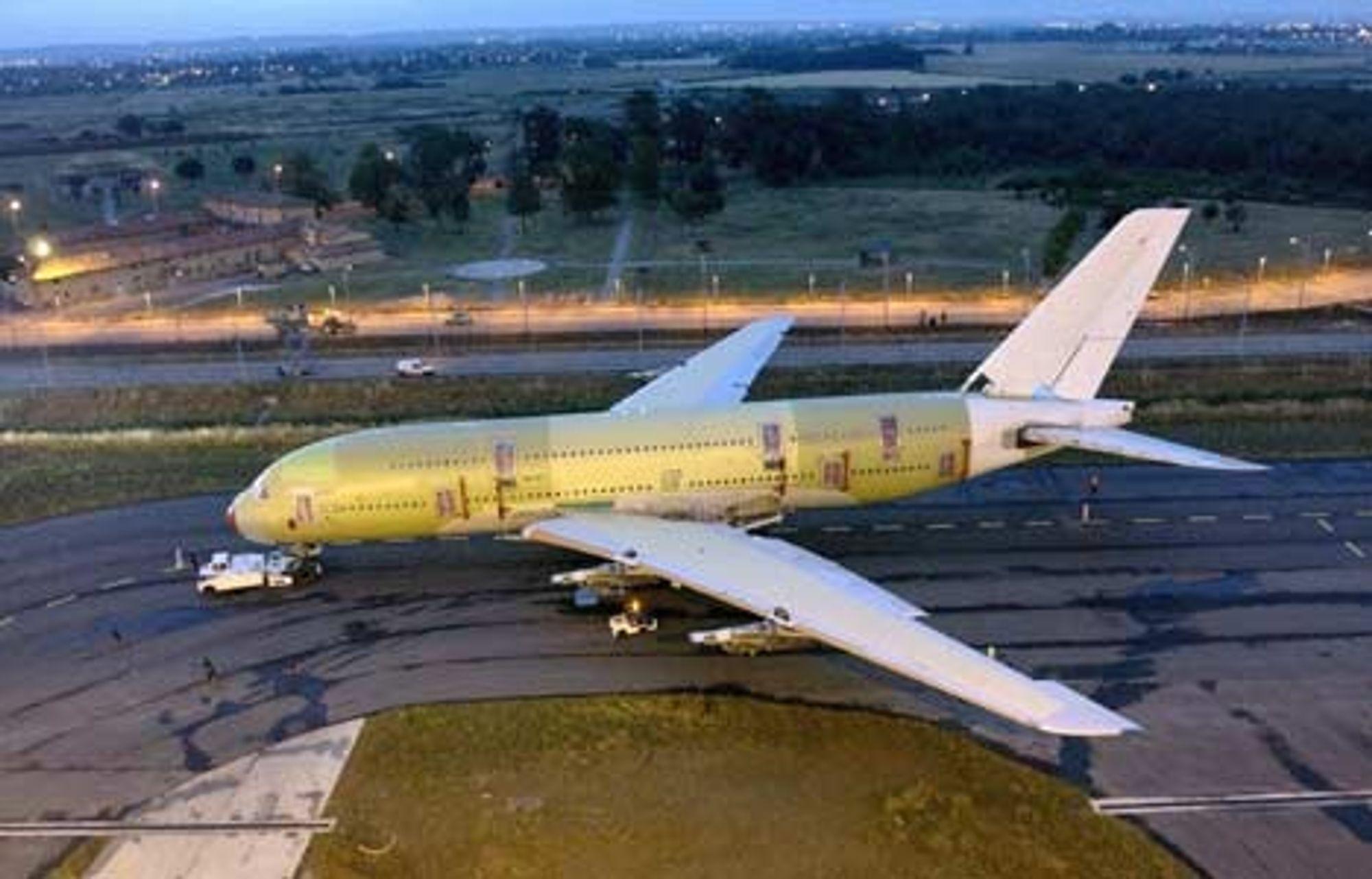 KJEMPE: Airbus A380 prototyp 001 taues her inn mot utstyrshangaren ved Airbusverkstedene utenfor Toulose. Maskinen skal prøveflys mot slutten av året, kanskje så tidlig som i august. FOTO: AIRBUS