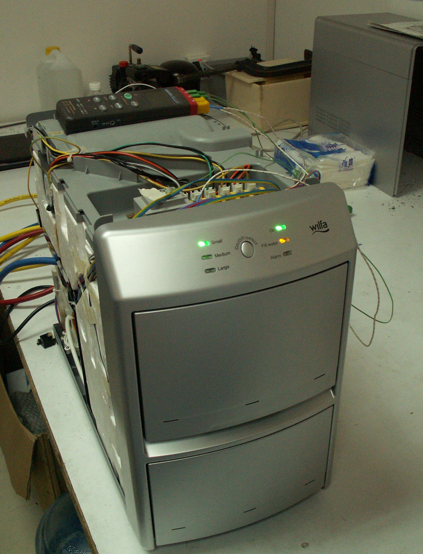 KLARE: Isbitmaskinen er på størrelse med en kaffetrakter og kan produsere 30 helt klare isbiter i timen.FOTO: ICE MAKER