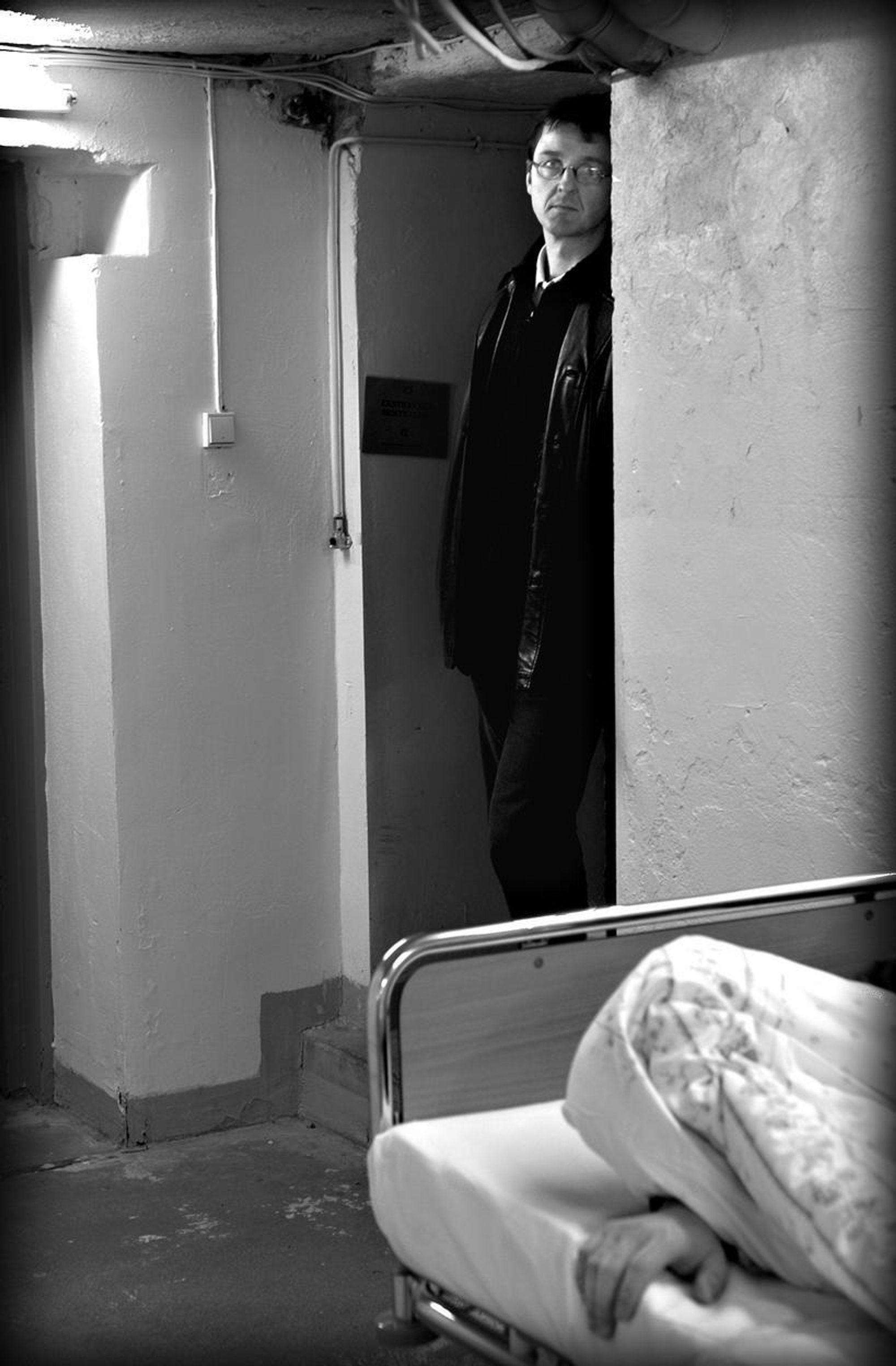 PÅ ÅSTEDET: Forfatteren Tore Oksenholm er her avbildet på åstedet i thrilleren.