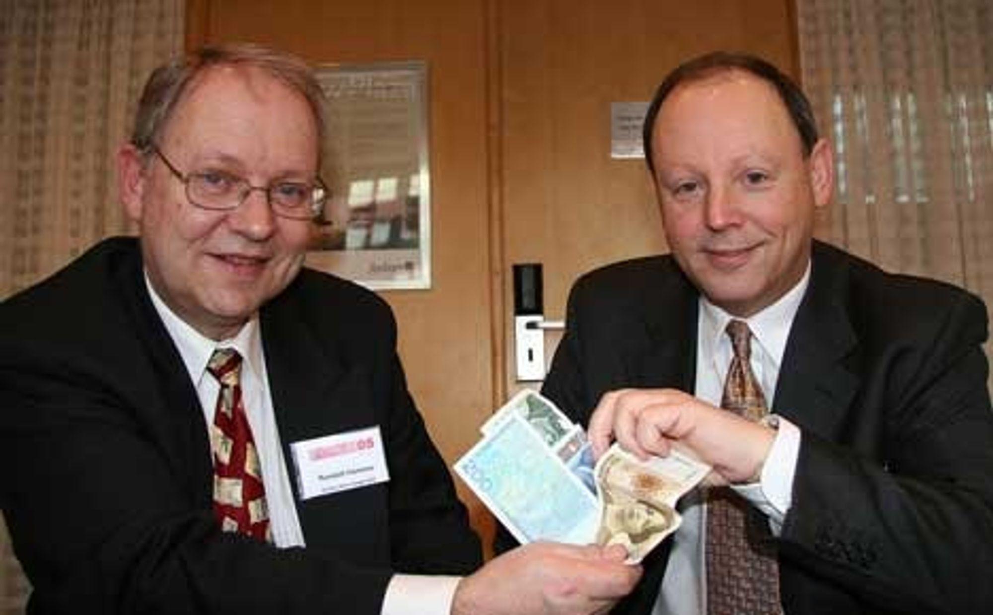 PASSER PENGENE: Randolf Hammer og Robert Svoren i Nordea gjør det vanskeligere å drive lyssky finansiell virksomhet.