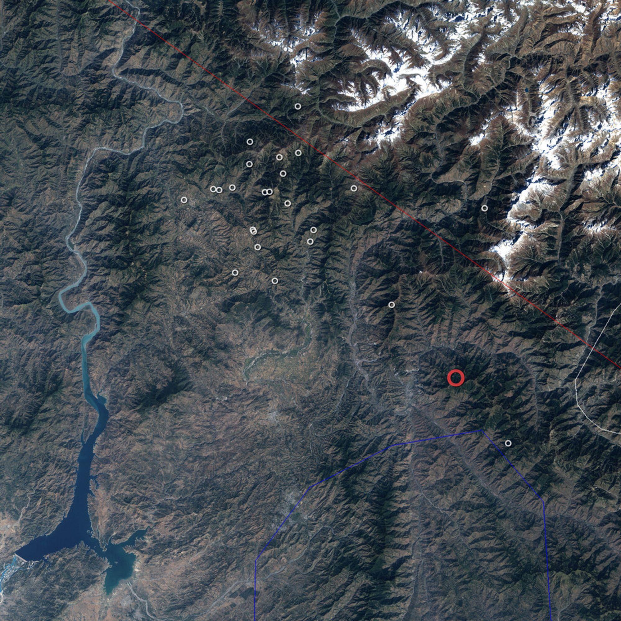 Jorskjelvet som rammet Pakistan, India og Afghanistan 8. oktober hadde sitt episenter der den røde ringen er plassert. Etterskjelven sess som hvite ringer. Grensen mellom Den indiske og asiatiske plate er markert med rød strek.