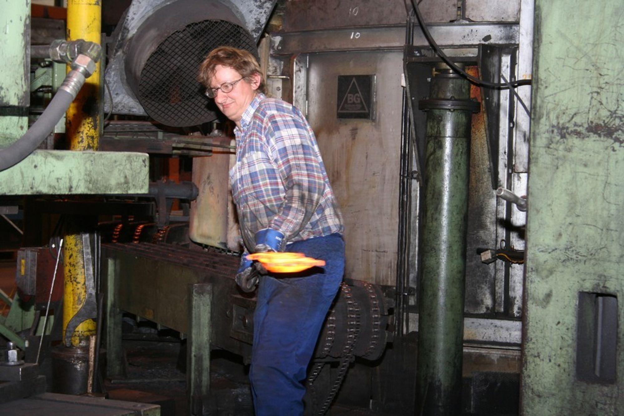 Manuelt arbeid: Kverneland har satset stort på automatisering, men en del av produksjonen krever manuelt arbeid.