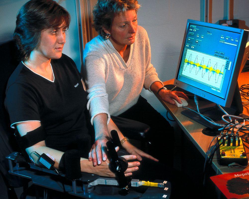 GOD HJELP: Denne slagpasienten holder på å få tilbake førligheten i sin paralyserte høyre arm. I arm og hånd er det inn-operert fem små mikrostimulatorer. De mottar impulser fra hjernen og holder på å lære muskler og sener å bevege seg på nytt.