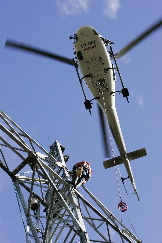 NØDVENDIG: Helikoptereret er uunnværlig ved bygging av kraftlinjer. Her ved bygging av en 420 kV linje.