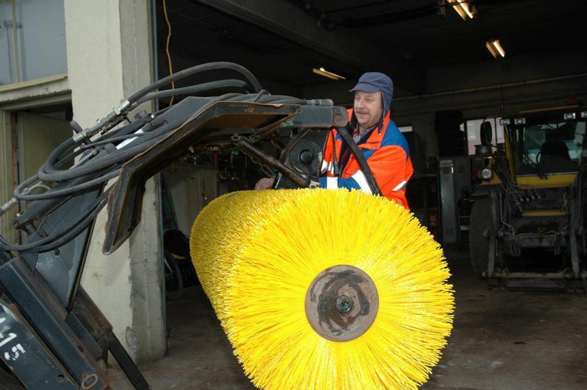 VEIBØRSTE: Trond Skilnad sjekker om alt er i orden før maskinen sendes på oppdrag i Hortens gater.FOTO: TESS