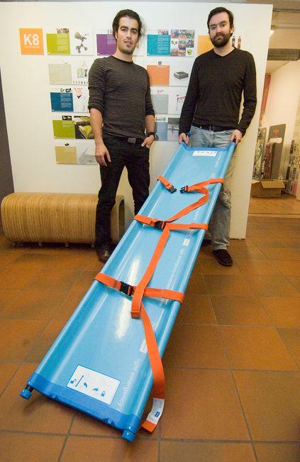 BÅRE: Industridesignerne Jørgen Leirdal (til venstre) og Mathias Hansson med pasientbåren LESS som også skal lanseres internasjonalt. Hele 50 bårer kan lett stables på en pall som ikke veier mer enn 50 kg.