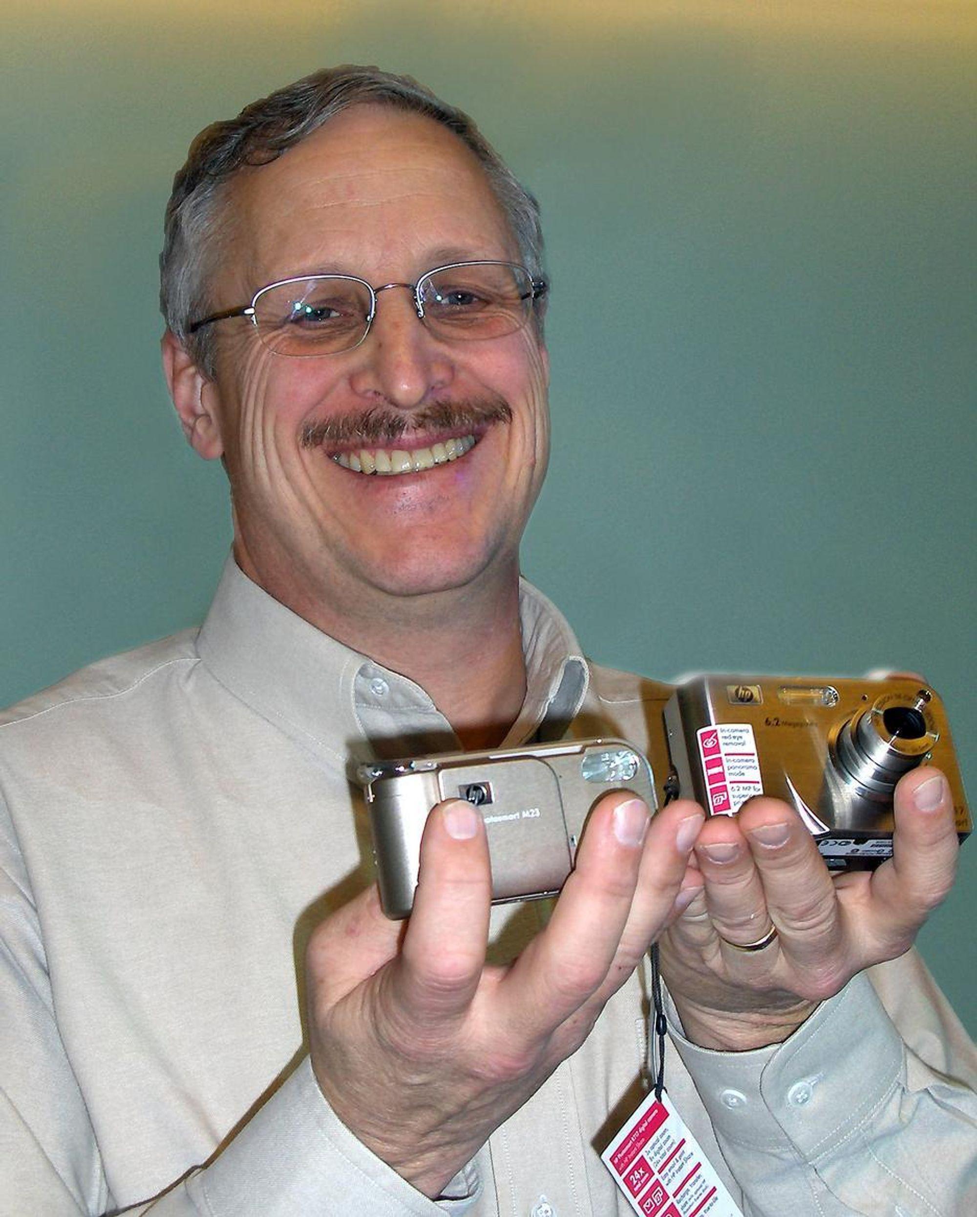 Dr. Robert Gann i HP er en av selskapet ledende billedteknologier. Her viser han frem et nytt 6,2 megapixel kamera og det nye vannsikre allværskameraet