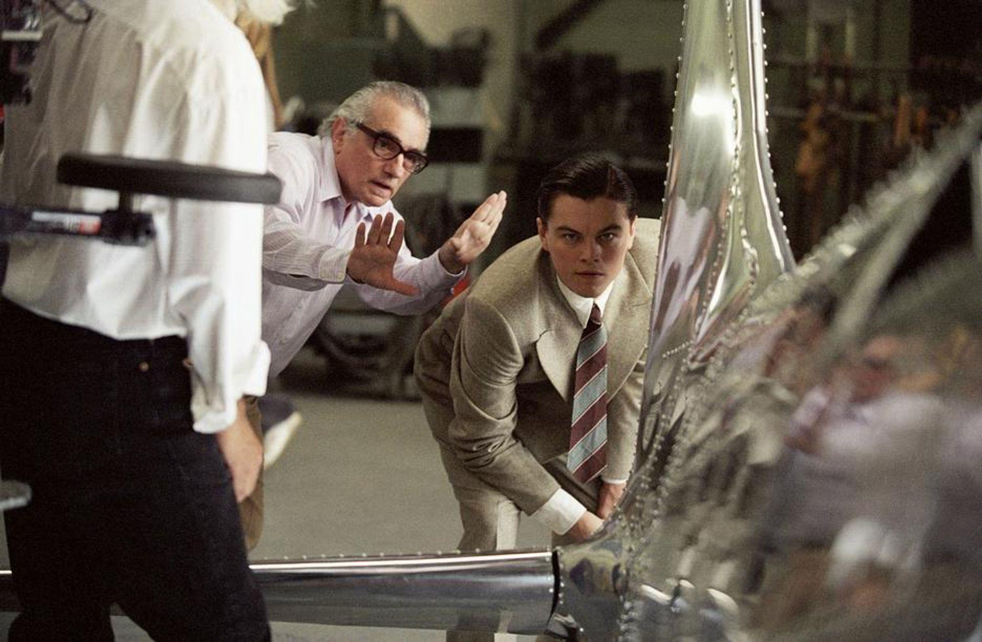 MODELLFLY: Regissør Martin Scorsese valgte tradisjonelle modeller fremfor digitalge rekonstruksjoner av flyene da han laget filmen om Howard Hughes. Her instruerer regissøren Leonardo DiCaprio. Foto/Copyright: Nordisk Film