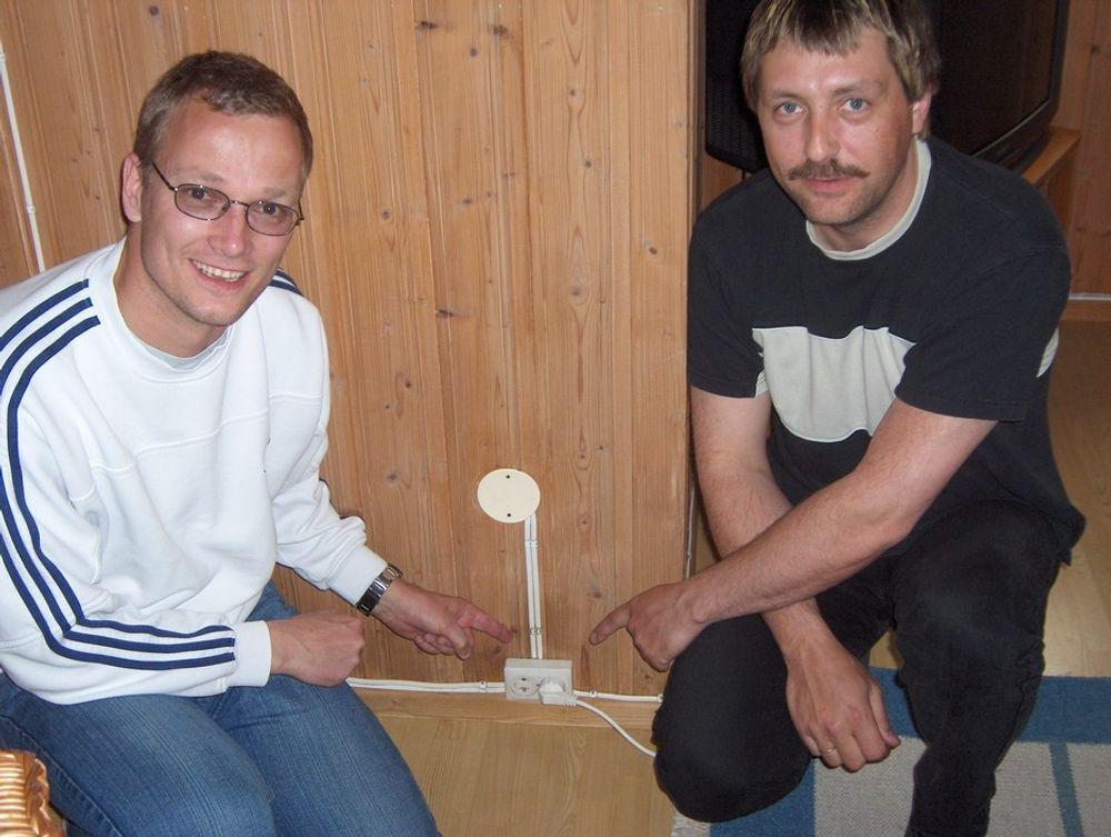 MOT BRANN:Gründere Roger Middelhuis (t.v.) og Bjørn Høibråten har patentert stikkontakter med termobryter. Dette kan redusere faren for brann.