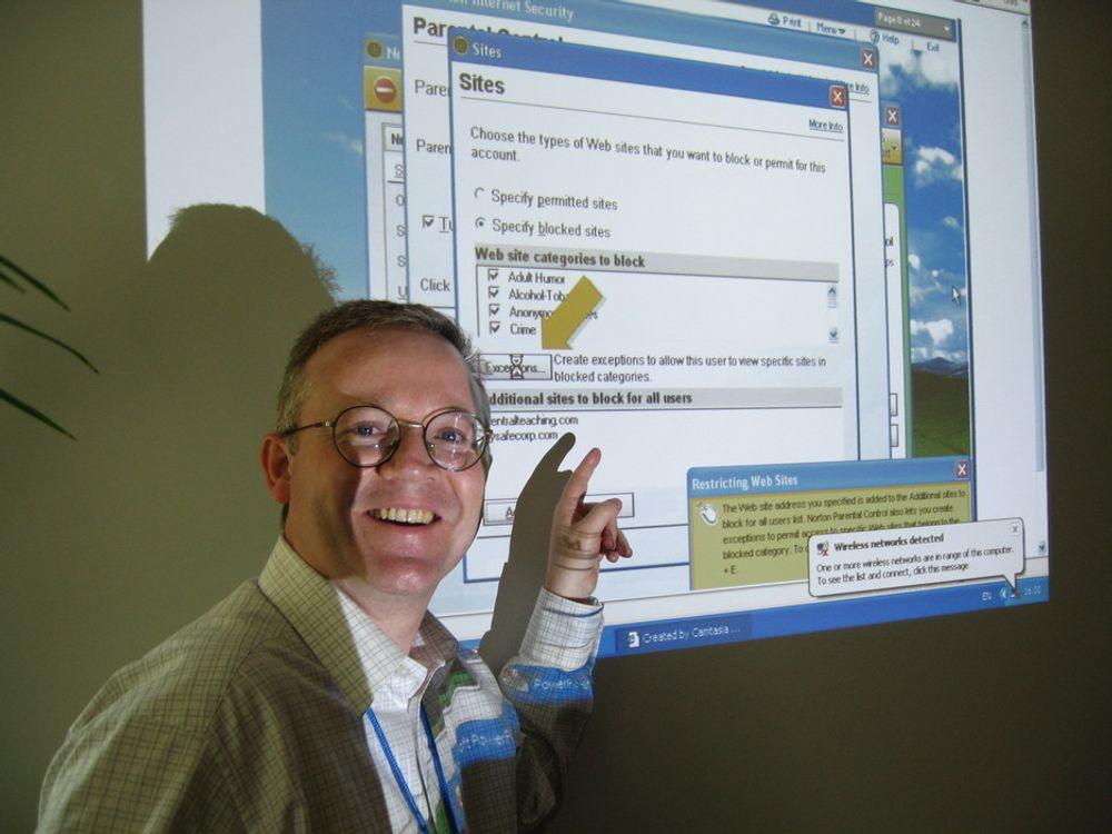 VIL UNDERVISE:Kommunikasjonssjef i Dell Services i Europa, Tony Reilly peker på at Dell er mer enn PC-er.