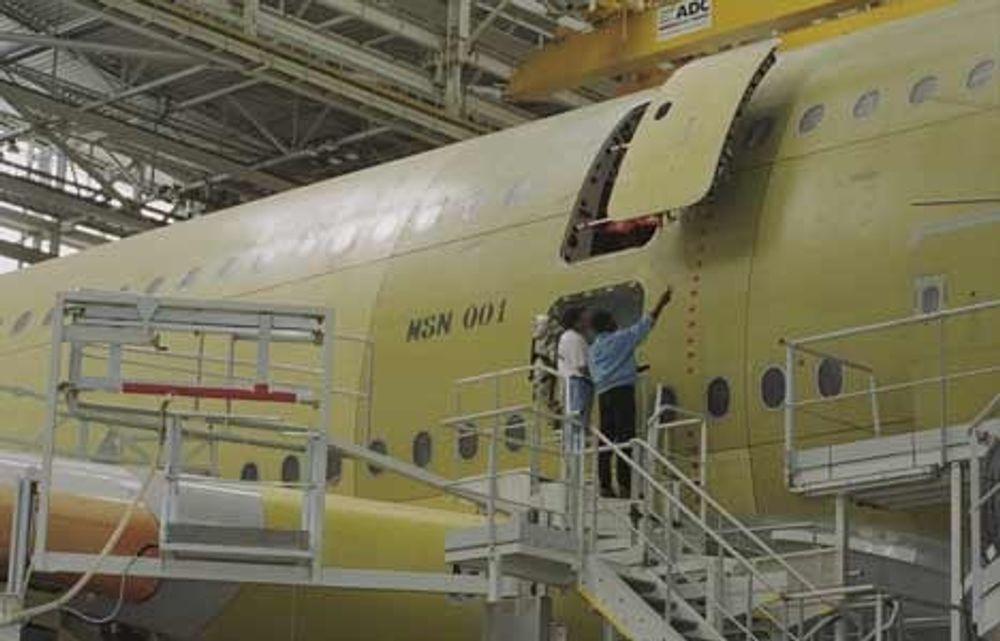 GIGANTBYGGING: Fire A380 står ved siden av hverandre inne i den enorme nye hallen hos Airbus; arbeiderne blir som maur i forhold.