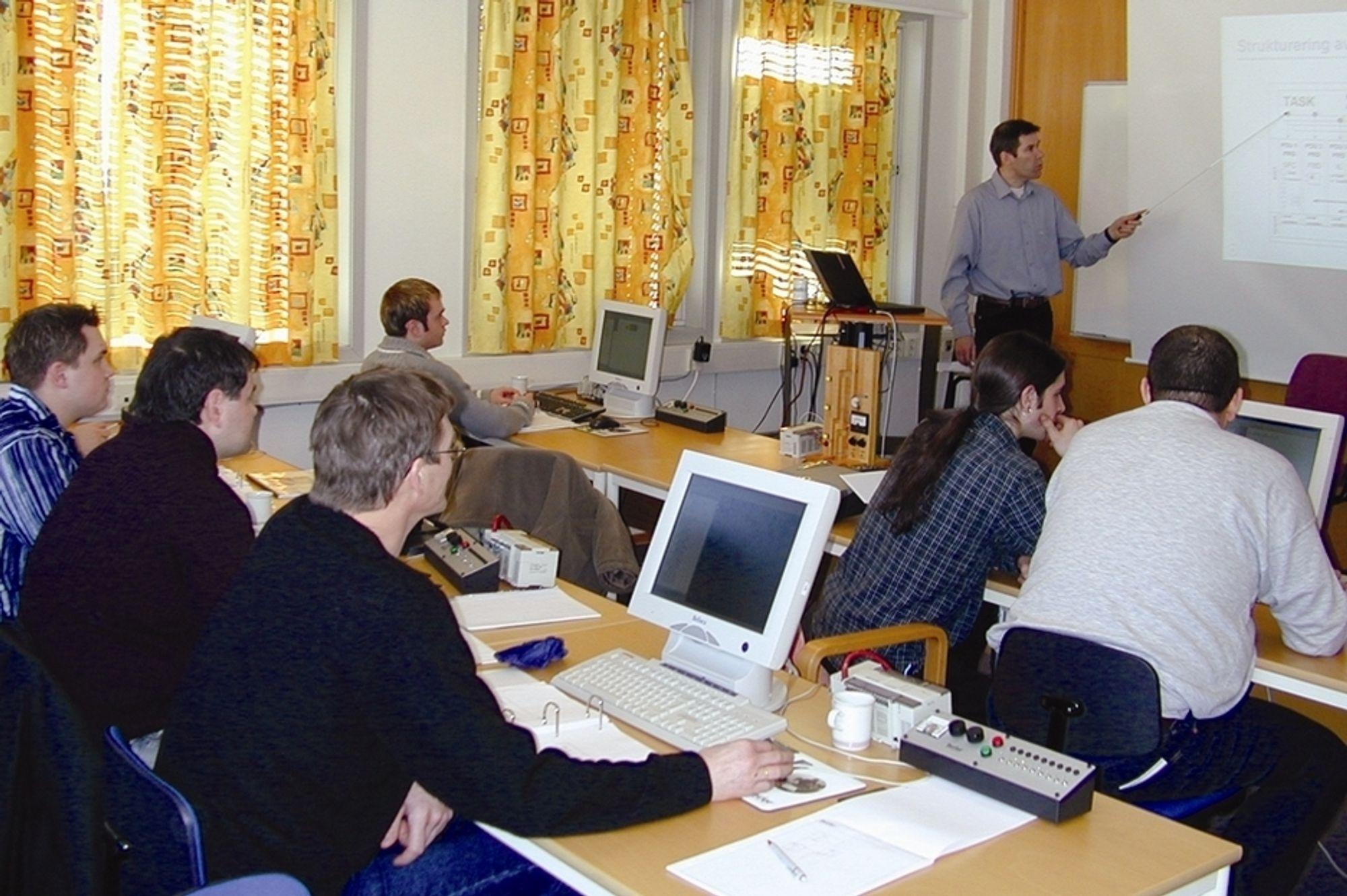 PÅ HUSET: Teknisk sjef Thorbjørn Ruud holder kurs i Beijer Electronics lokaler.