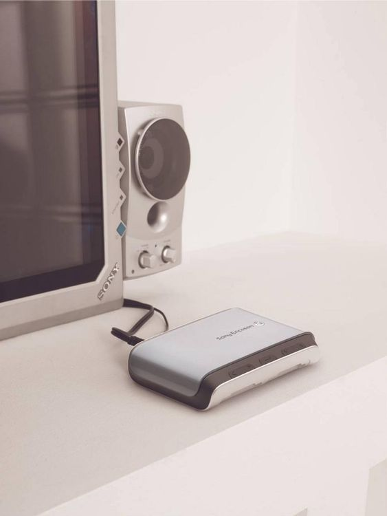 BINDELEDD: Sony-Ericssons nye MMV-200 skal fungere som et bindeledd mellom mobiltelefonen og hjemmets ulike underholdningssystemer.