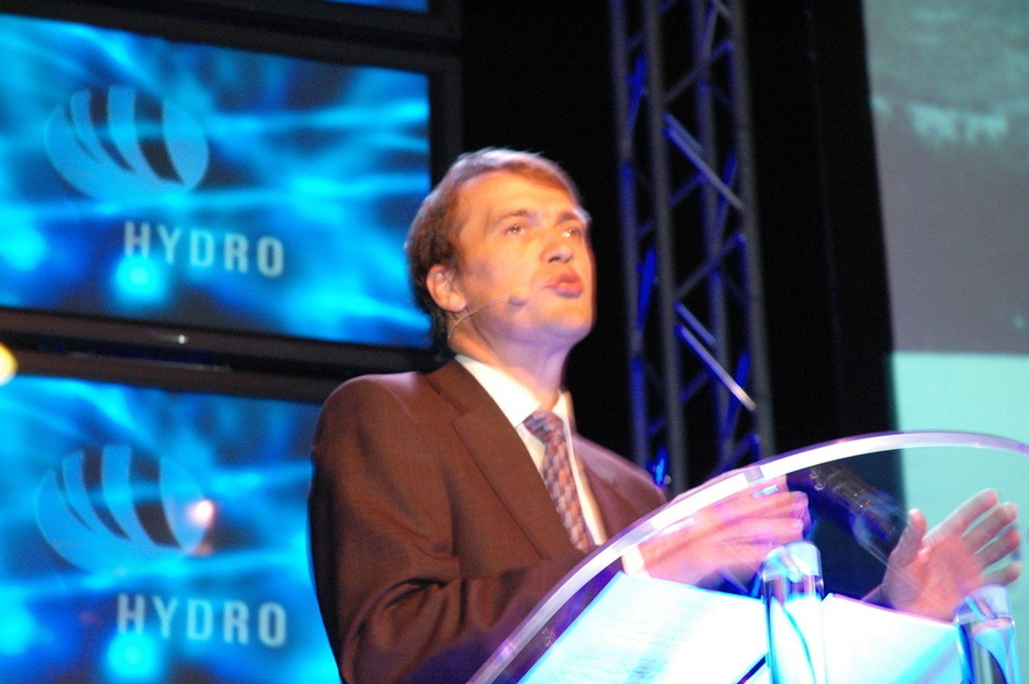 I RAMPELYSET: Generadirektør Eivind Reiten i Hydro står med en fot i leiren som ønsker høye energipriser, samtidig som det truer Hydros virksomheter i Europa.