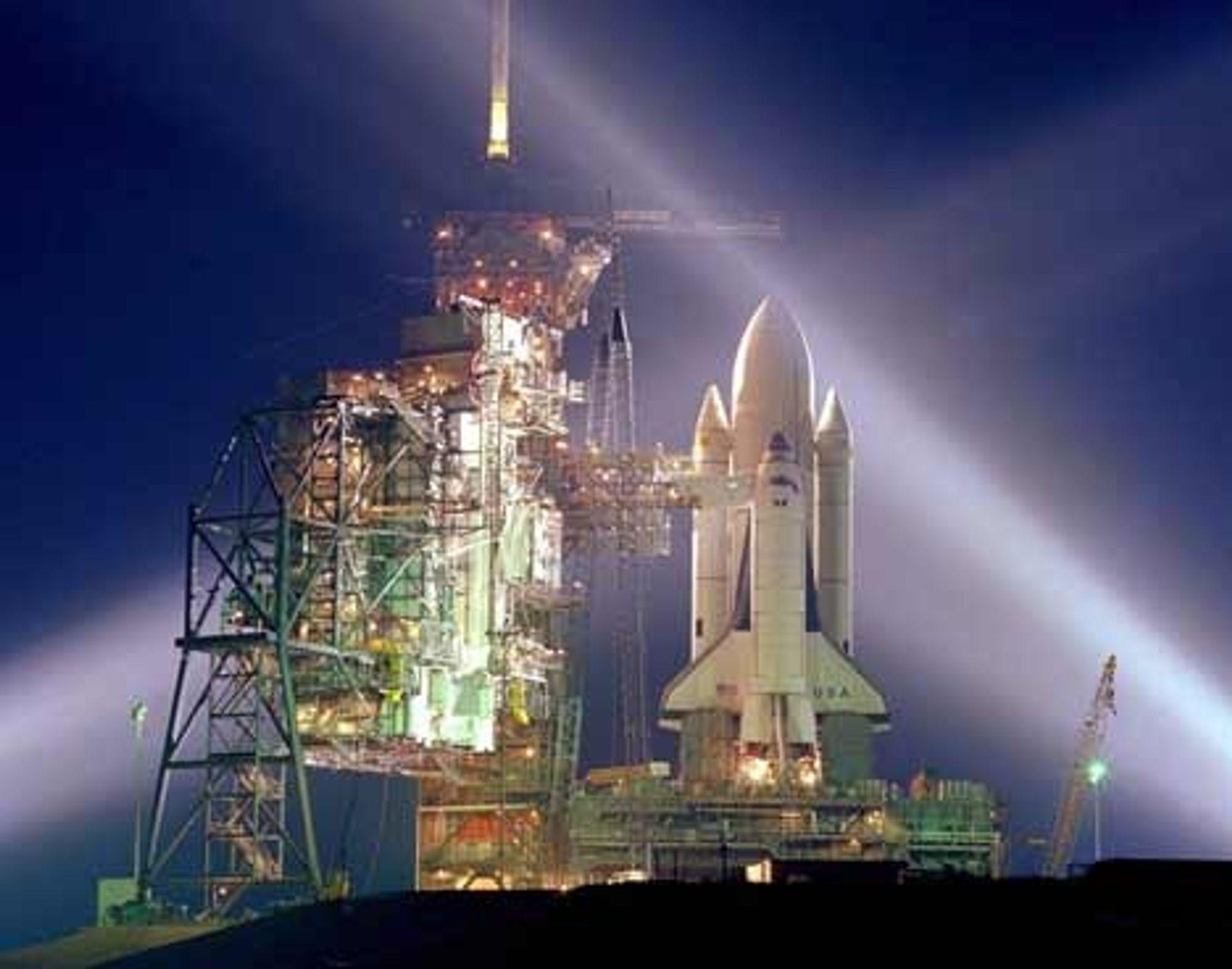 TETTER: Når romfergen igjen tar av fra startplattformen i Florida, vil den ha med seg fem ulike reparasjonssett. Poenget er å øve på å tette skader som kan ødelegge fergen når den kommer inn igjen i atmosfæren. FOTO NASA