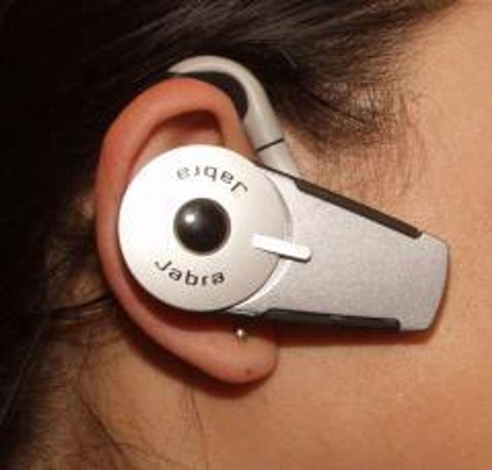 SVÆRT SMÅ: De nye hodesettene er så små at du nesten ikke kjenner at de henger på øret. Her: Jabra BT800. Foto:TU