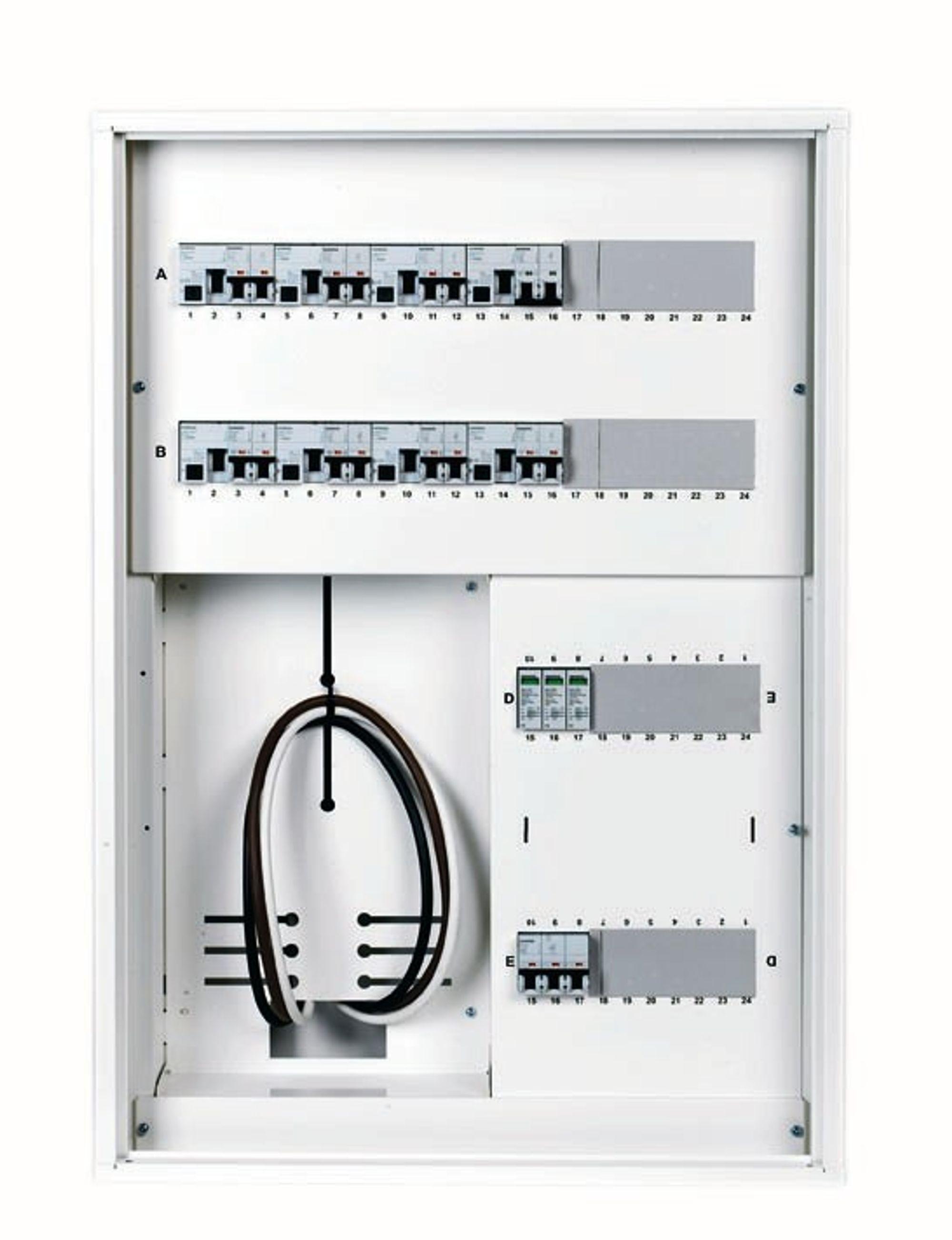 ENKELT: Dekkplatene i det nye skapet er forhåndsmerket med modulnummer ifølge normen, slik at installatøren unngår tidkrevende merking med kursnummer. Skapet kan enkelt bygges om fra boligskap medmåler til et rent fordelingsskap.