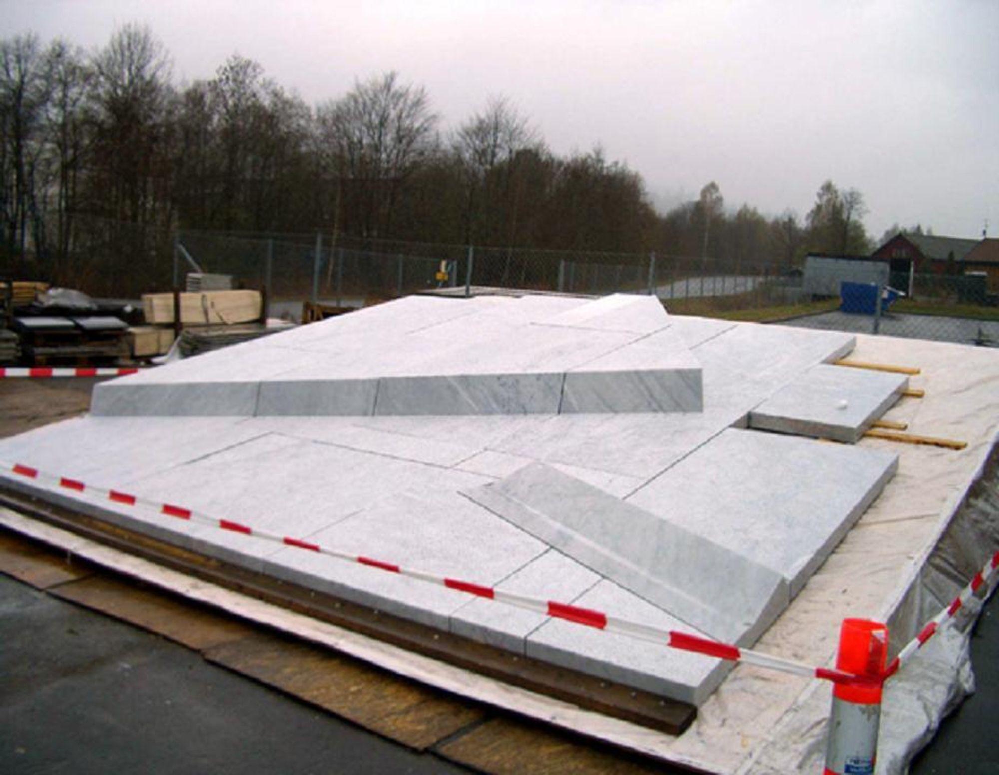 PRØVELEGGING: Bildet viser prøvelegging av marmoren som snart skal pryde taket av operaen.