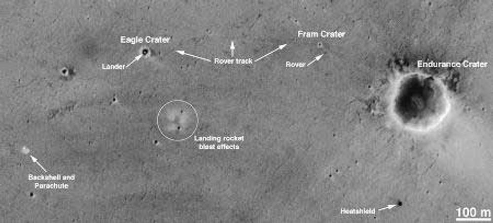 """Mars-kjøretøyet Opportunity kan sees oppe til høyre, merket """"Rover"""". Følg link og last ned større bilde. Foto: ASA/JPL/Malin SSS"""