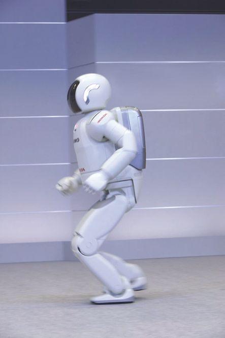 For fire år siden viste selskapet den svært menneskeliknende Asimo som kunne gå.  Honda-løper. Honda har utviklet en Asimo som kan løpe med en hastighet på 3 kilometer i timen. Foto: Honda