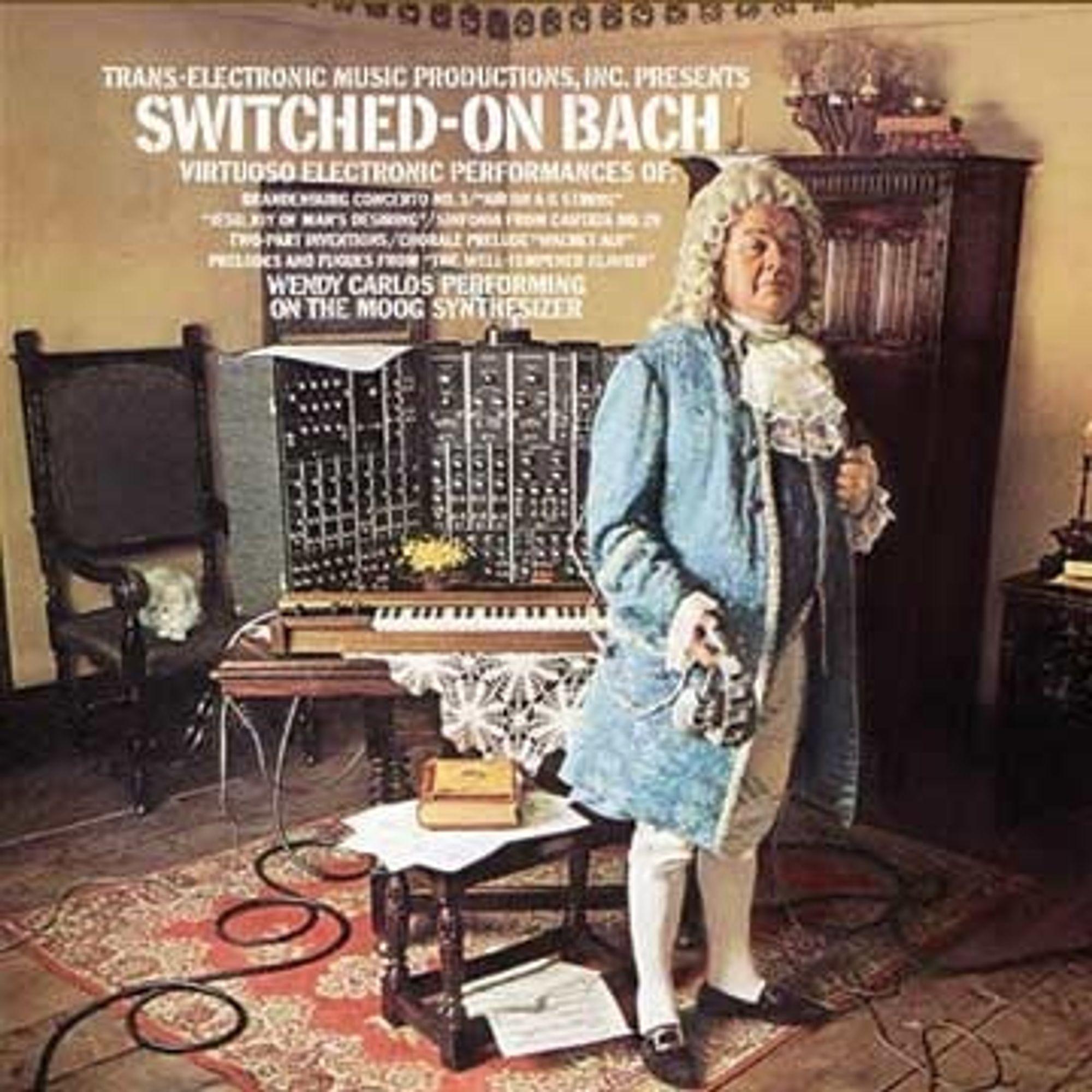 Platecover for Wendy Carlos' elektroniske musikkversjon av Johan Sebastian Bachs musikk, spilt på analog Moog Synthesizer i 1968. Klassisk skolerte musikere rev av seg parykken, mens ungdom fikk ørene opp for både klassisk og elektronisk musikk. Robert  Moog har igjen  begynt å produsere de populære, analoge MinMoog-ene. Mange unge musikere er lei det digitale lydbildet.