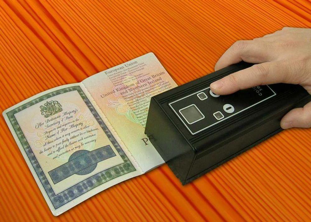NIX JUKS: Nå er det slutt på å jukse med pass, ID-kort, penger og aksjer. Et nytt instrument utviklet i UK avslører den minste nyansefeil i fargetrykk og slår straks alarm.