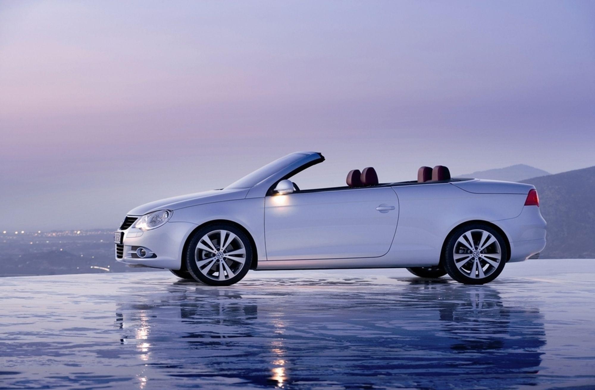 GLATT: VW hevder selv at Eos har en luftmotstand på 0,29. Jaså. Det er med taket lukket det, VW. En cabrio ligger gjerne på 0,4 i motstandsfaktor den, i åpnet tilstand. Linjene er lekre, eller? Bilen har femdelt elektrisk operert tak og er fullt vinterisolert.