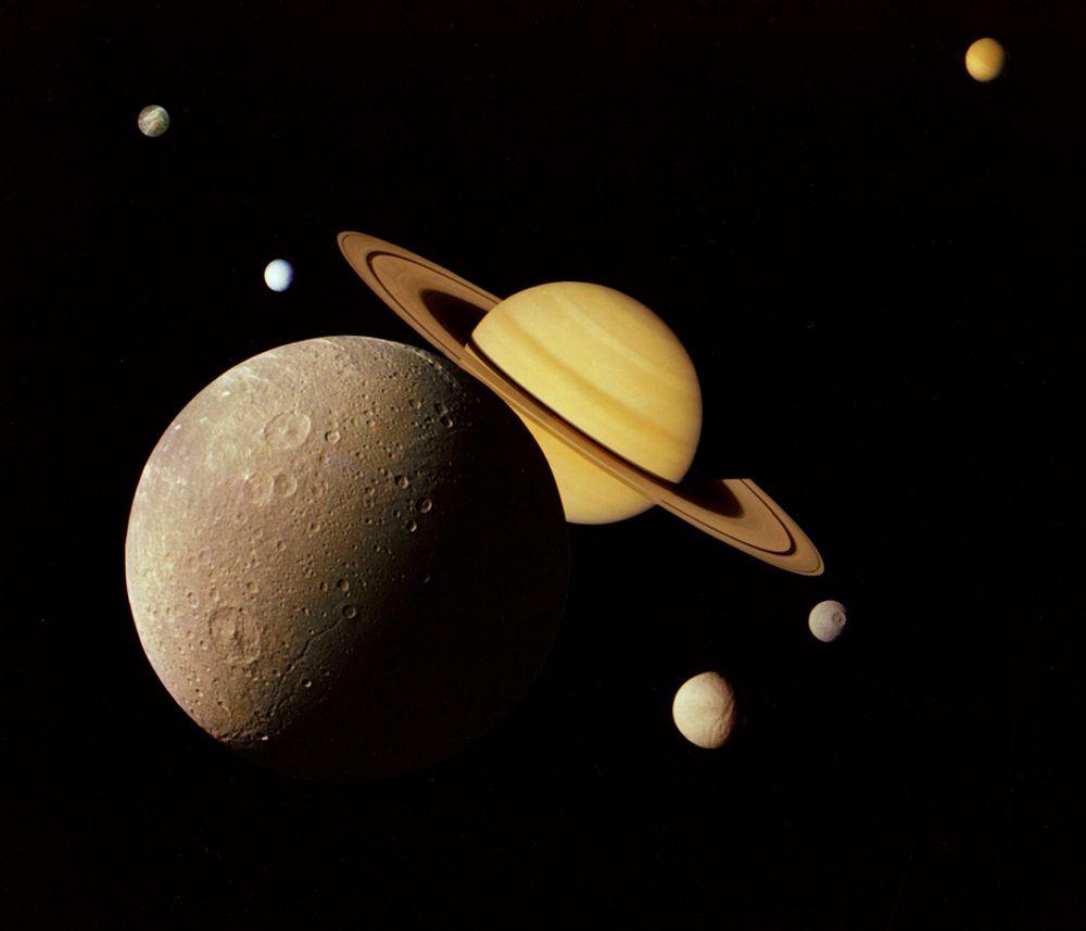 FORSVINNER: Mye tyder på at Saturn sluker sitt eget ringsystem. Den aller innerste ringen, kalt D-ringen, holder på å miste lyset og later til å forsvinne inn i planeten. Den enorme gravitasjonen til kjempeplaneten er en viktig årsak.