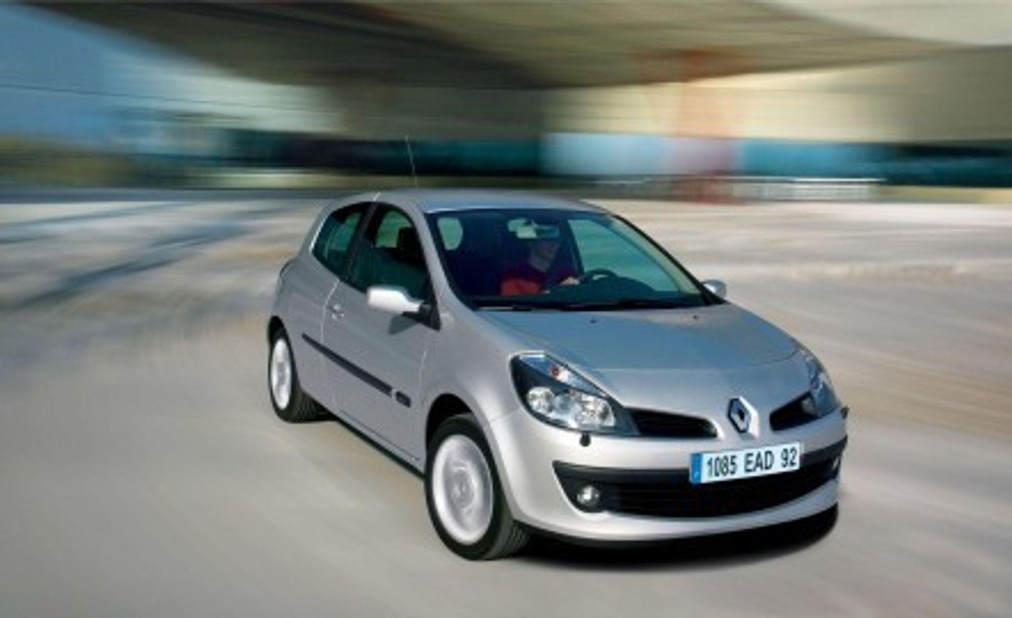 ROMSLIG: God plass innenfor beskjedne ytre mål er poenget ved nye Renault Clio III. I så måte stiller den på linje med et dusin andre biler. Understellet er rallypreget, motorene gir mye effekt for lavt forbruk. Bilene kommer i salg om noen uker.