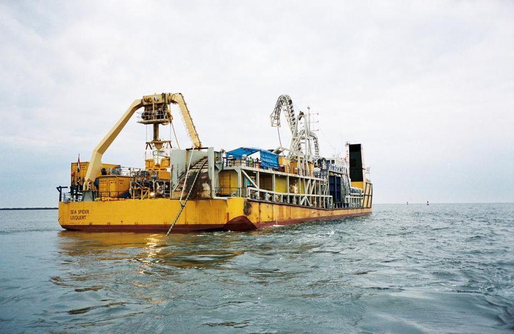 Slike båter brukes for å legge ned kabler til sjøs.