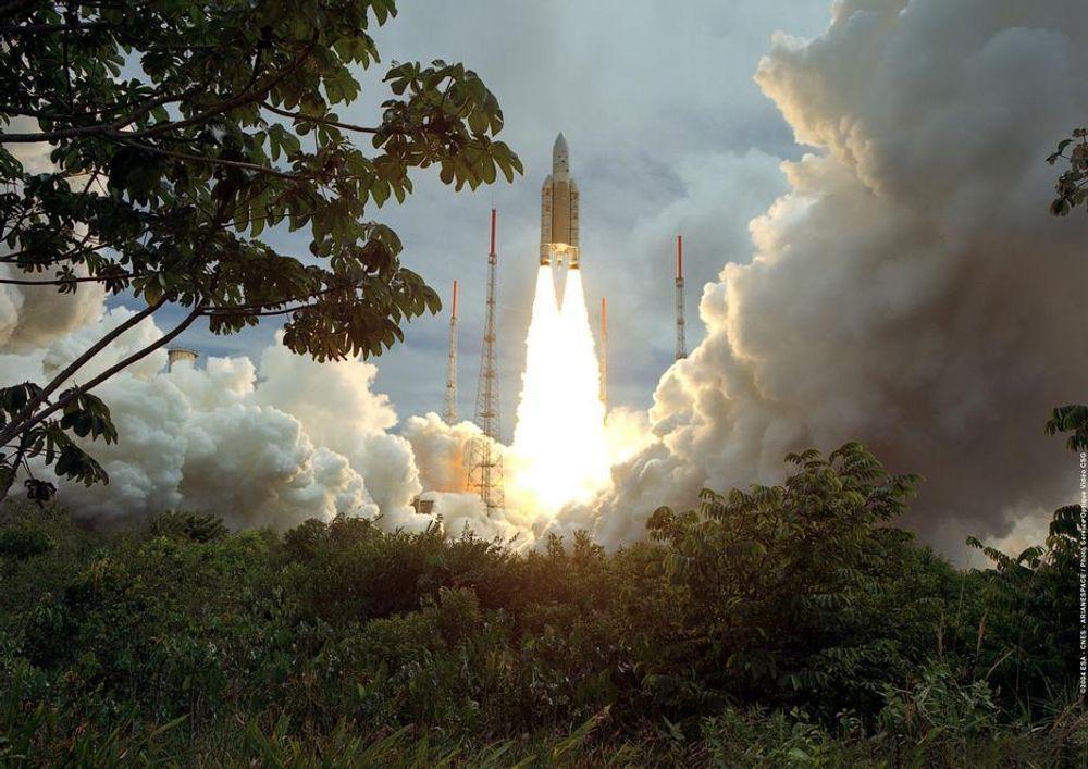 En ESA Ariane 5-rakett på vei ut i rommet med en fransk satellitt i desember 2004. ESA diskuterer framtida i Sandefjord i mai/juni.