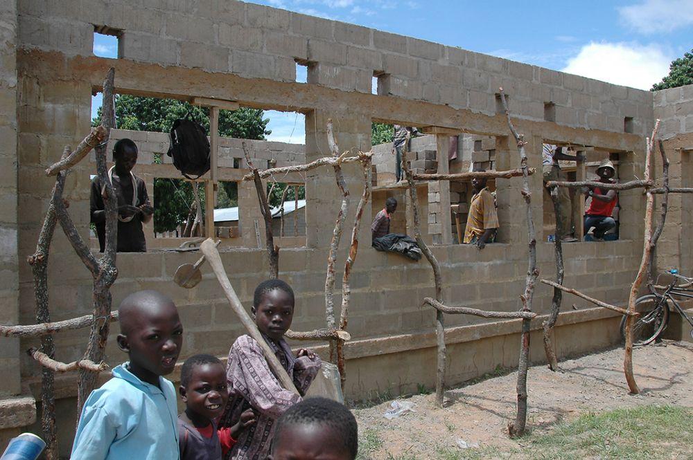 SATSER PÅ KUNNSKAP: Afrikanske myndigheter skjønner nå betydningen av teknologisk utvikling. Her bygges et nytt skolebygg i Lubwe i Zambia.