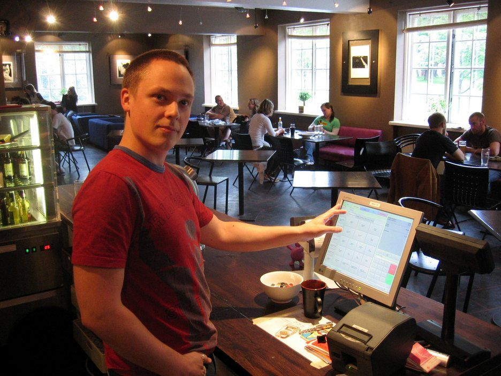 SIKKERT SOM BANKEN: Rein Anders Apeland står bak datasystemet som skal ta vare på alle pengene som triller inn under studenterfestivalen Uka 05 senere i høst.FOTO: Uka 05