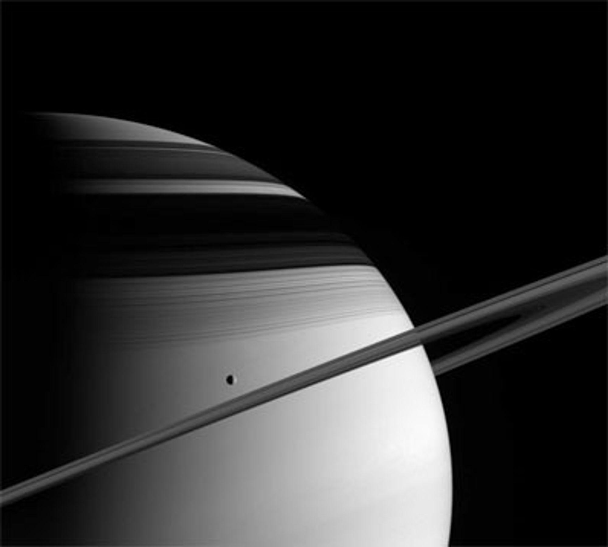 Saturn med sine isringer og månen Thetys. Bildet er tatt fra Cassini, som passerte 1,4 kilometer fra planeten.