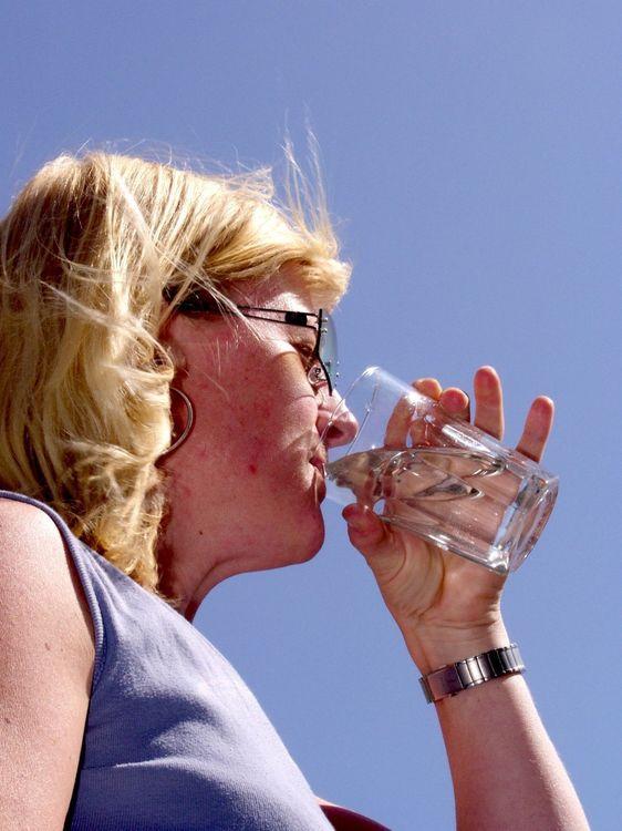 SKADELIG DRIKKEVANN: Danskene har funnet giftstoffer fra plastrør i drikkevannet. Det blir derfor forbudt å bruke plastrør inn til miljømyndighetene bestemmer seg om et års tid. FOTO: AJS