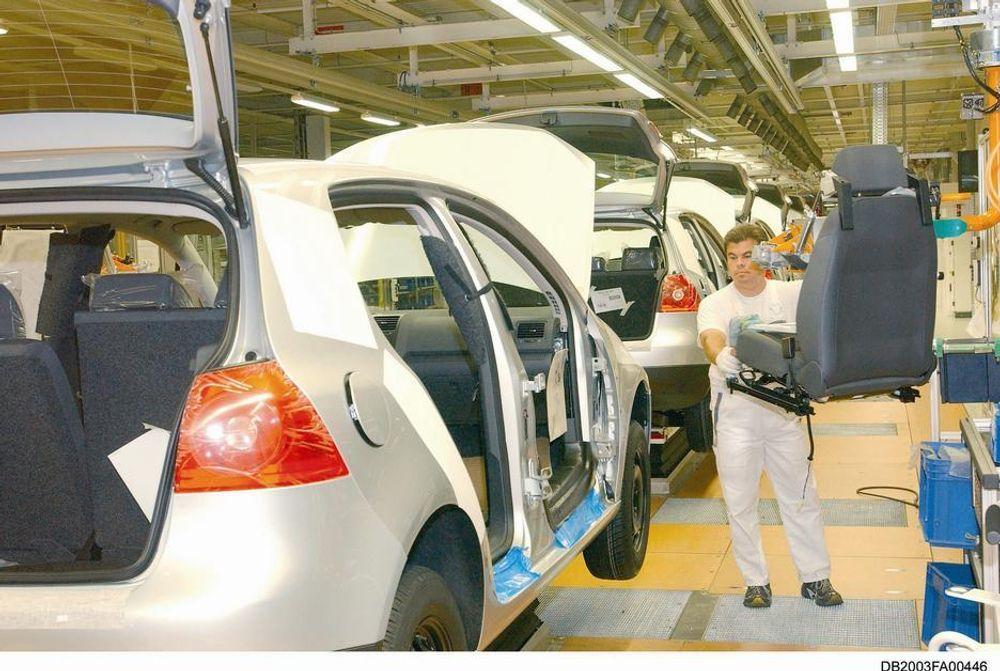 VITENSKAP: For å redusere belastningen på naturen og ressursene bygges bilene mer og mer resirkuleringsvennlige, sier man hos VW. Her et glimt inn i produksjonen av Golf ved anleggene i Wolfsburg.