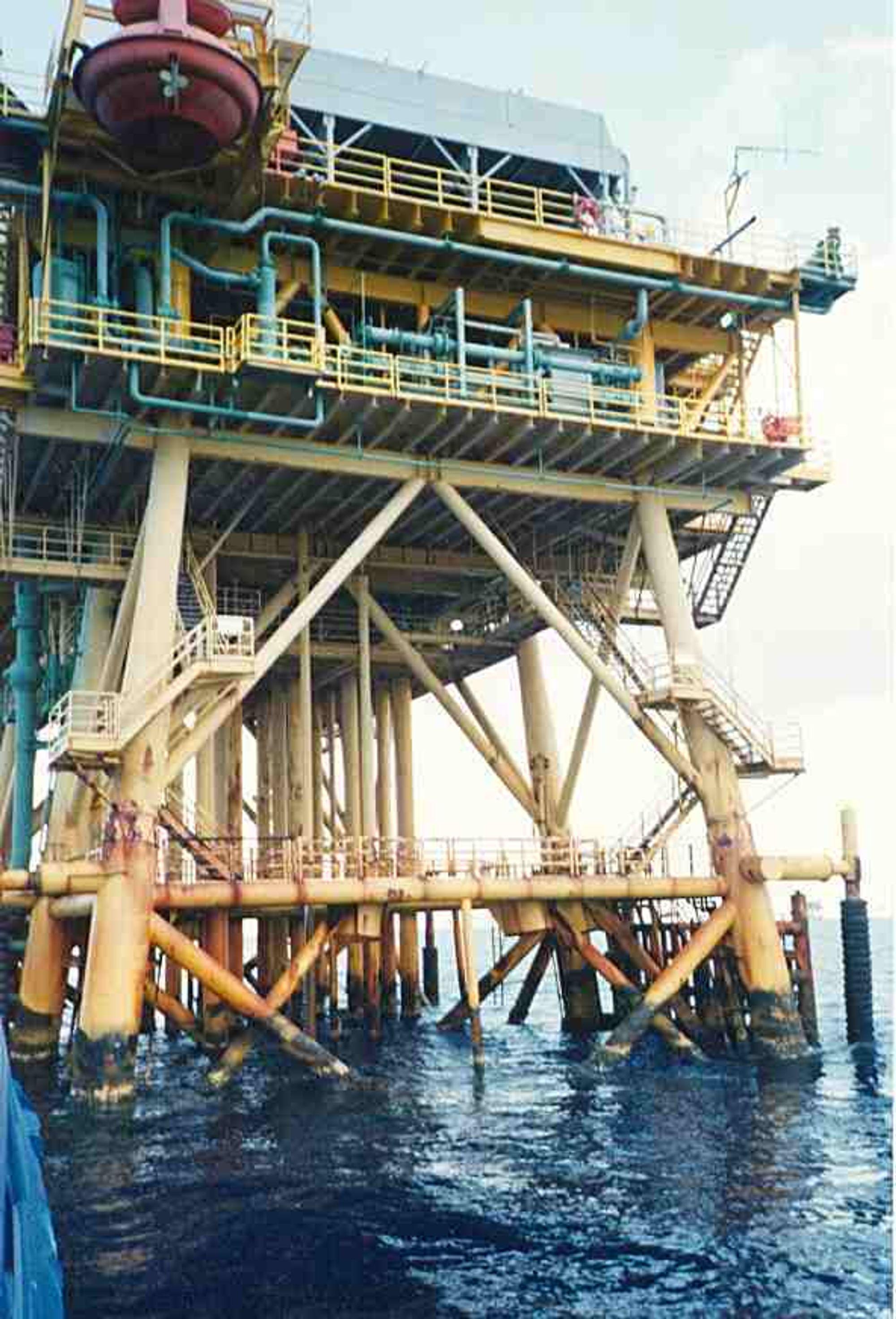 De fleste oljeinstallasjonene i Mexicogulfen er langt mindre enn i Nordsjøen og dermed mer sårbare for ekstremvær. De nærmeste står på grunt vann  i svømmeavstand fra kysten.